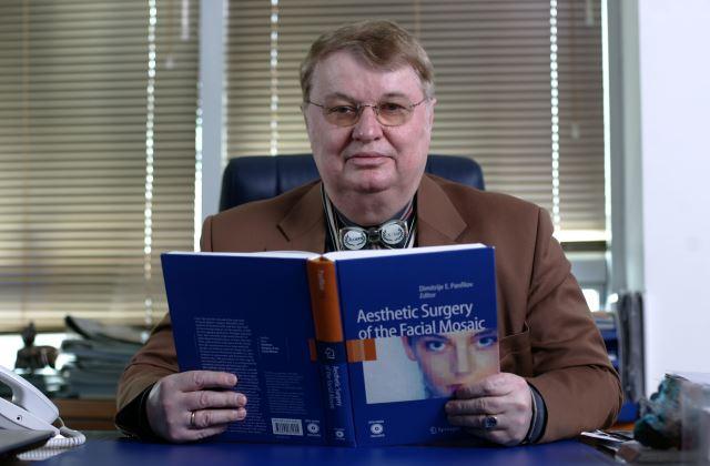 Dr Panfilov sa njegovom knjigom koja je proglašena Biblijom face lifta i najkompetentnijim udžbenikom takve vrste u svetu | Clinic Olymp