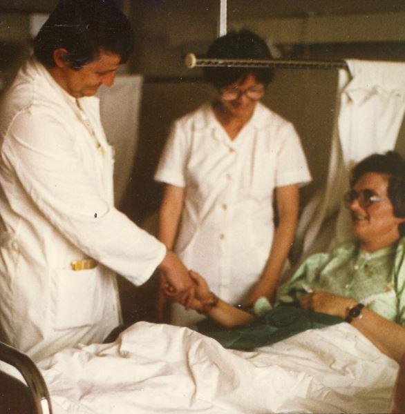 Gospodja dr Panfilovu pruza spasenu ruku | Clinic Olymp